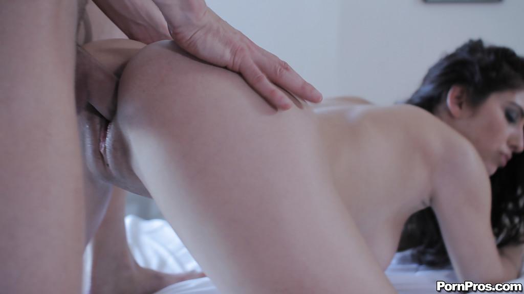 Паренек порет девушку в спальне у крупного окошка