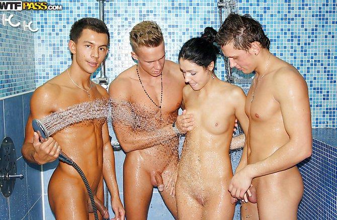 Привлекательная деваха активно берет в рот у троих друзей