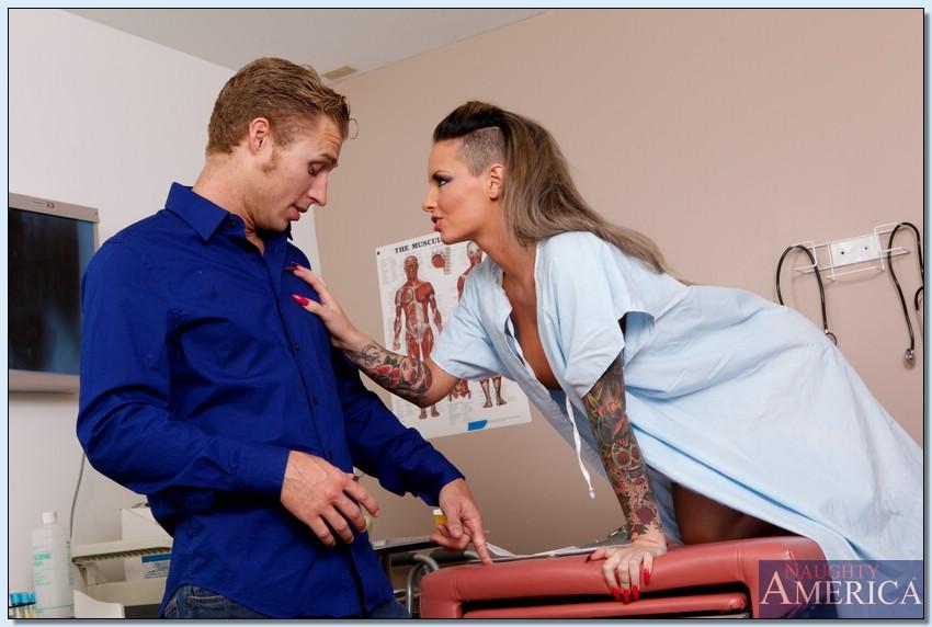 Татуированная санитарка Christy Mack завела пациента заняться сексом