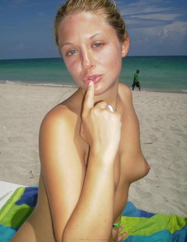 18летняя светлая модель с огромной задницей загорает на песке без лифчика