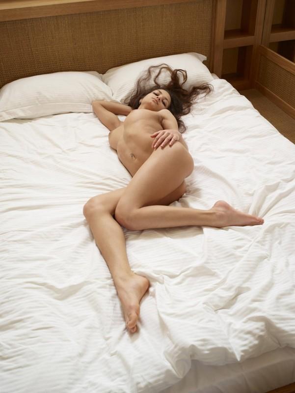 18-летняя тёлка с крупной грудью приподнимает ножки и возбуждает пизду