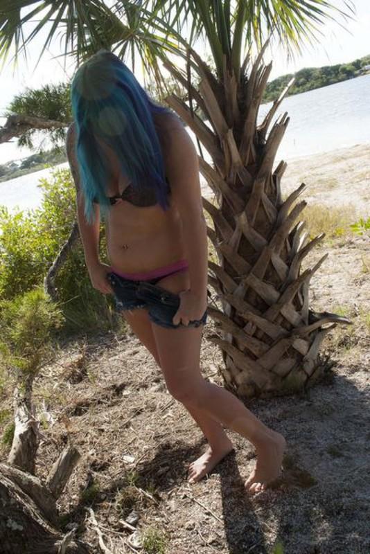Неформалка с синими волосами обнажилась у деревьев у моря