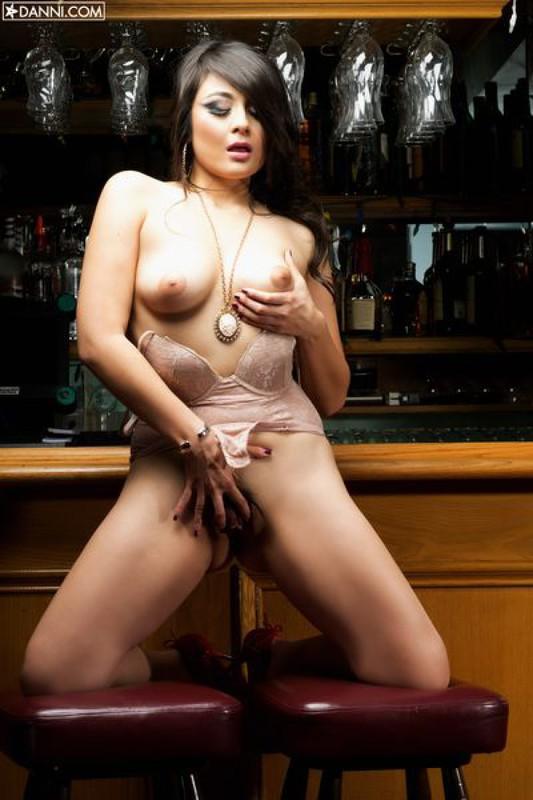 Сожительница снимается у бара голая