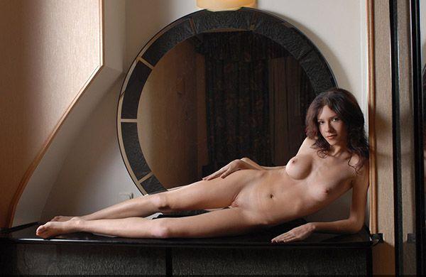 Гламурная тёлка обнажила свое тело