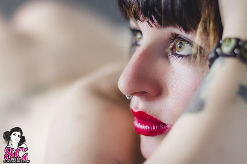 Гламурная неформалка выставляет напоказ татуировки