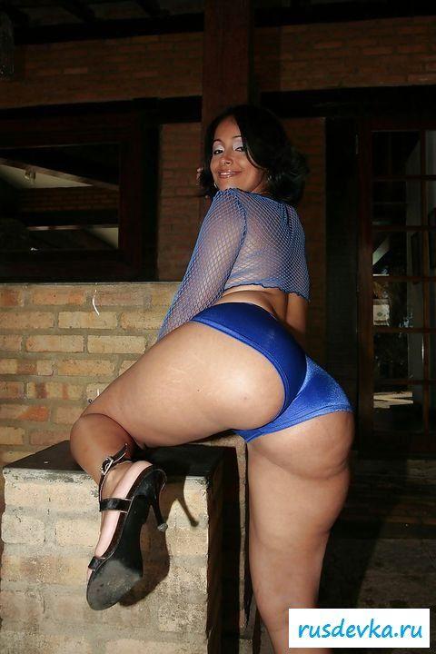 Бразильянка с широкими ягодицами сняла одежду