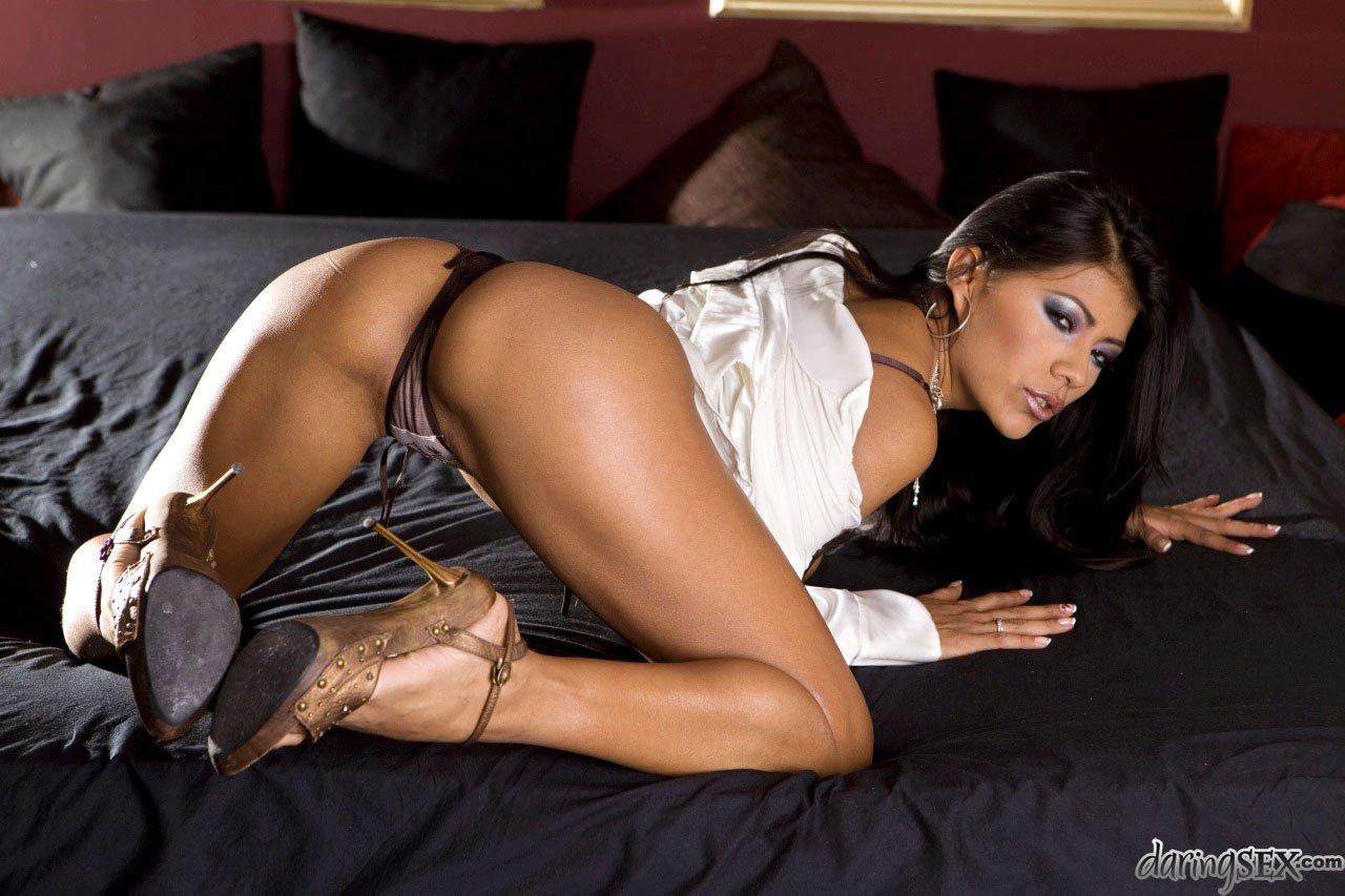 Латиноамериканка Yoha выглядит потрясно в нижнем белье