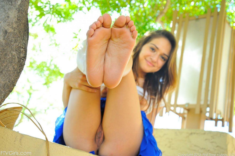 Возбуждающая латина-подросток Sara Luvv настолько возбудительна и шикарна во время голенькой фотосессии в городе