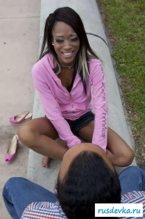 Обнаженная девушка с пробитым клитором (76 эро фотки)