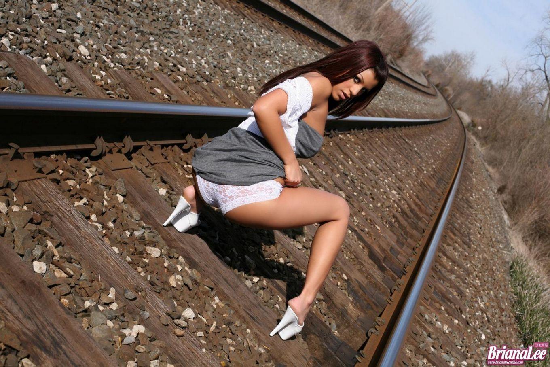 Знойная латиночка Briana Lee позирует в возбуждающем платье на железнодорожных рельсах
