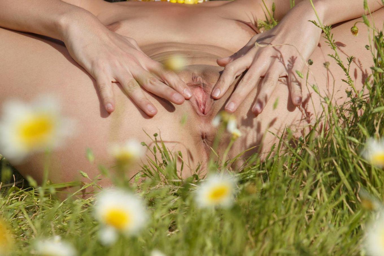 Обалденная латина Lorena Morena возбуждает себя на цветочном поле