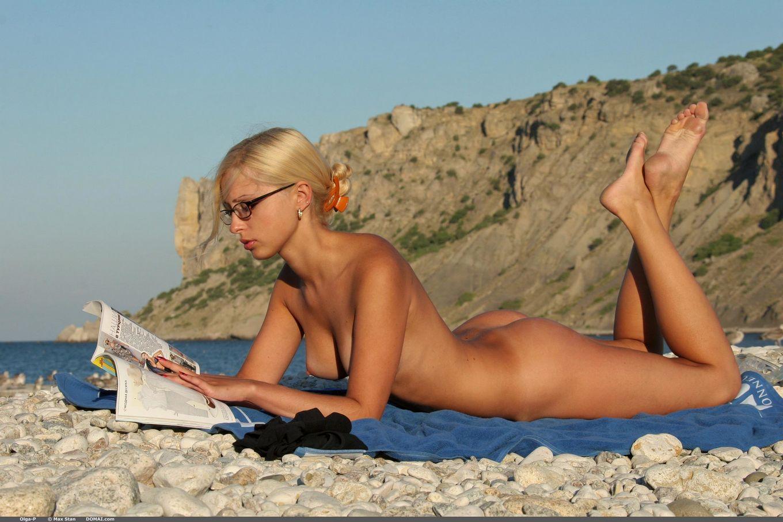 Модель со свелыми волосами Ольга на берегу моря