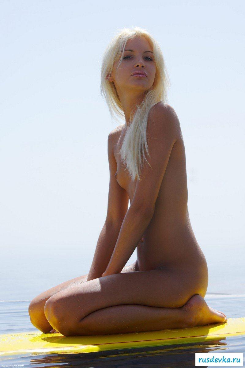 Блондинка в воде