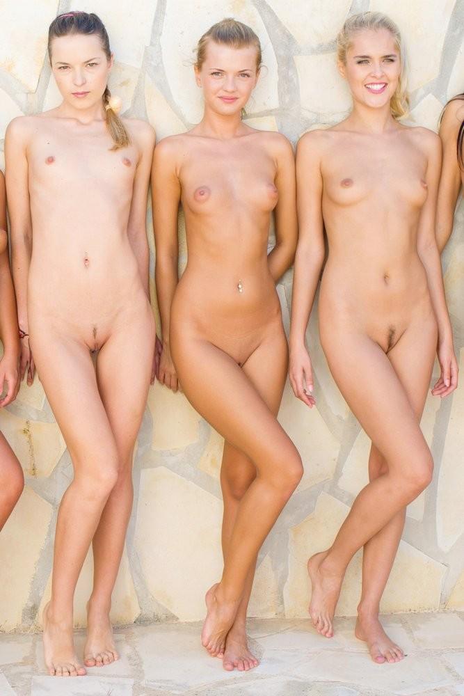 Крупная группа голеньких русских девок