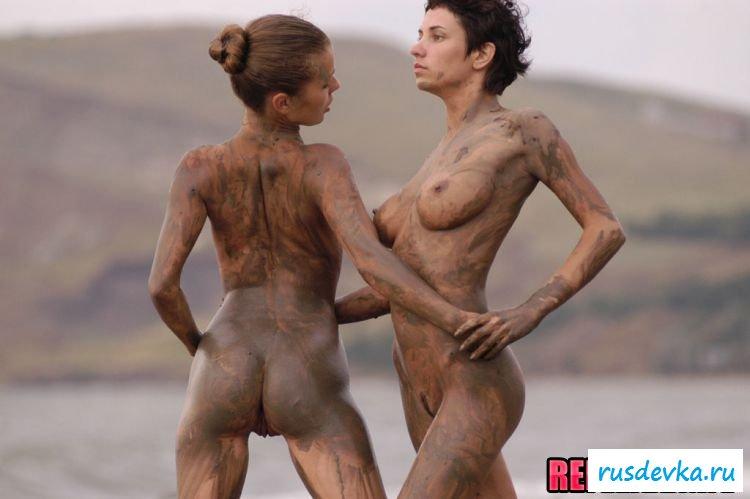 2е любовницы резвятся на песке