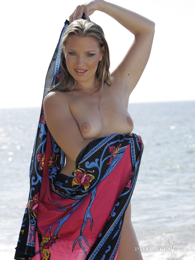 Привлекательная европейка Katy Caro снимает одежду и показывает свое возбуждающее туловище в море