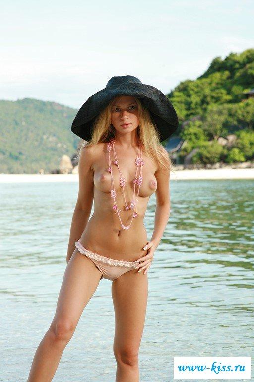 Пляжные откровения от голой милашки