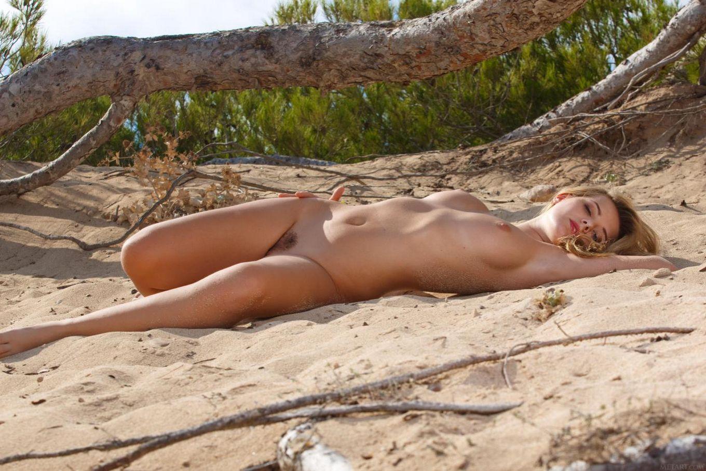 Anna Tatu не боится, что песок попадет ей в узкую манду пока она оголяется в безлюдном месте