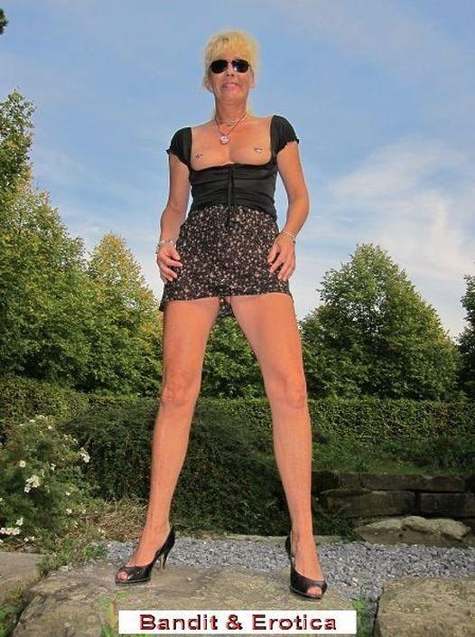 Эксгибиционистка задрала юбку и выставила напоказ письку без стрингов