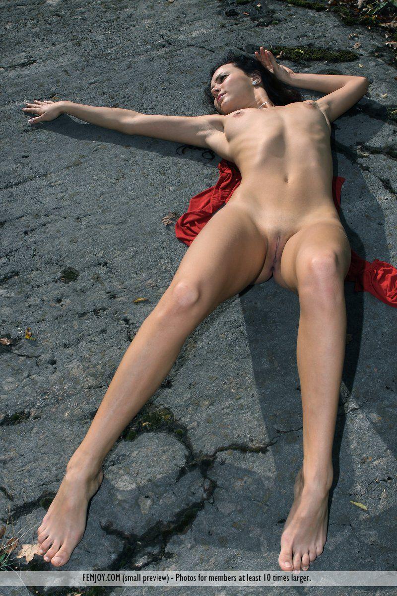 Ласковая Madalynn Femjoy развлекается с обнаженным гибким туловищем в людном месте