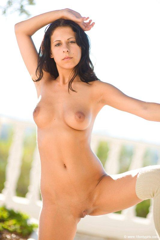 Черноволосая девушка Lily YLP жаждет чтобы все наслаждались видом ее голого тела в людных местах