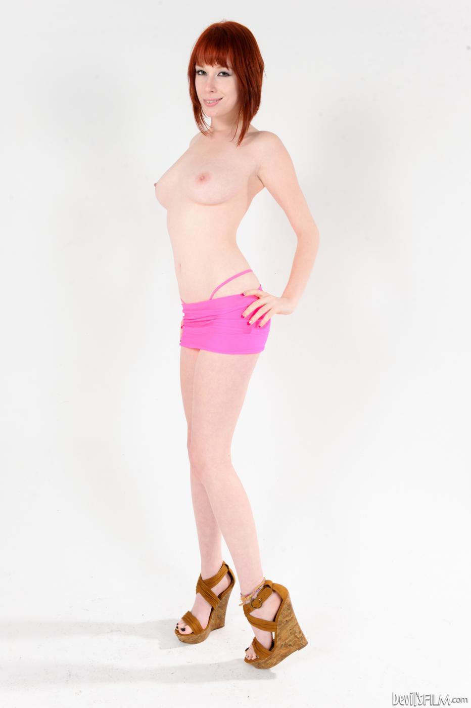 Милая сексуальная девочка-подросток в розовых трусах Zoe Nixon устраивает топлесс-фотосессию