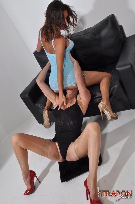 Шаловливые девахи в эротическом белье орально удовлетворяют друг друга