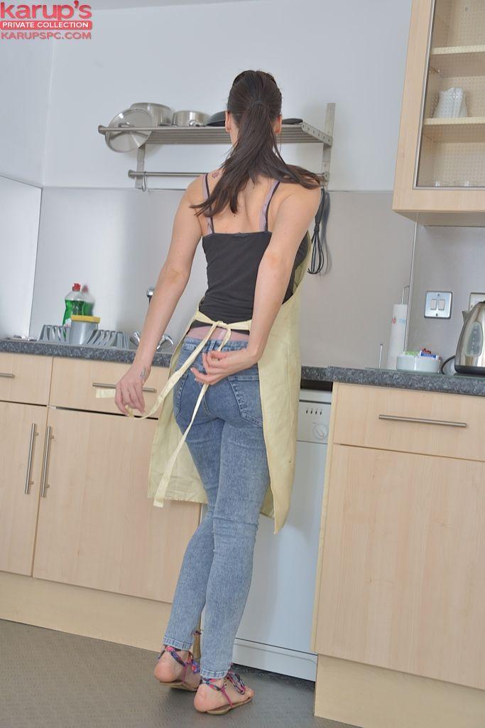 Вместо ужина, похотливая зрелка выставила напоказ узкую попку в домашних условиях