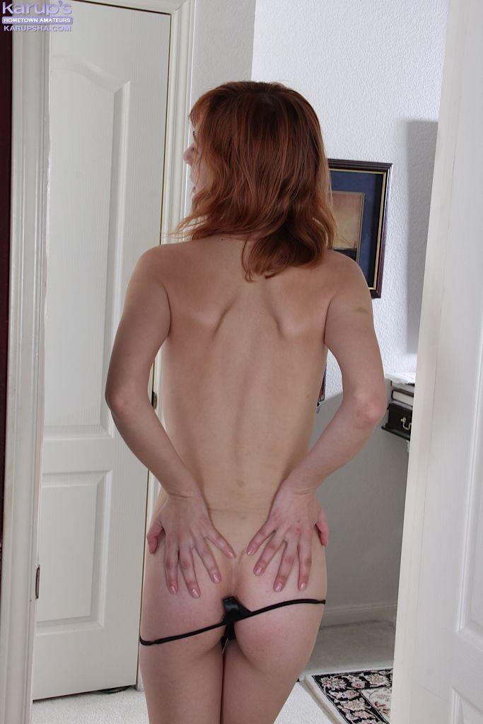 Рыженькая красоточка показала обнажённую пизду в домашних условиях