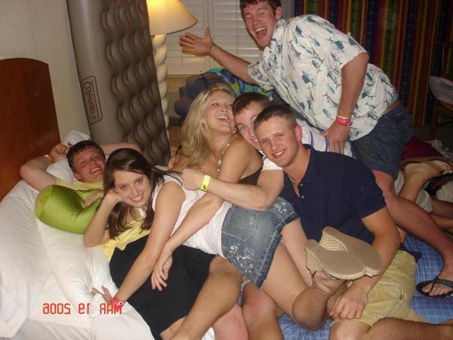 20-летние и пьяные барышни на вечеринке порнофото