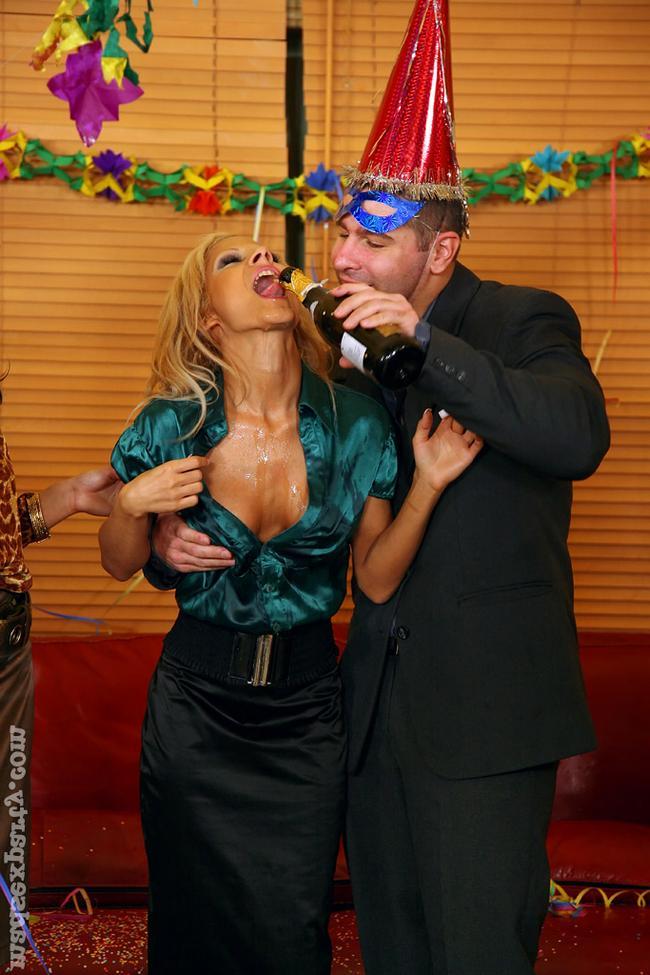 Пьяная и нагая вечеринка на работе фото порно