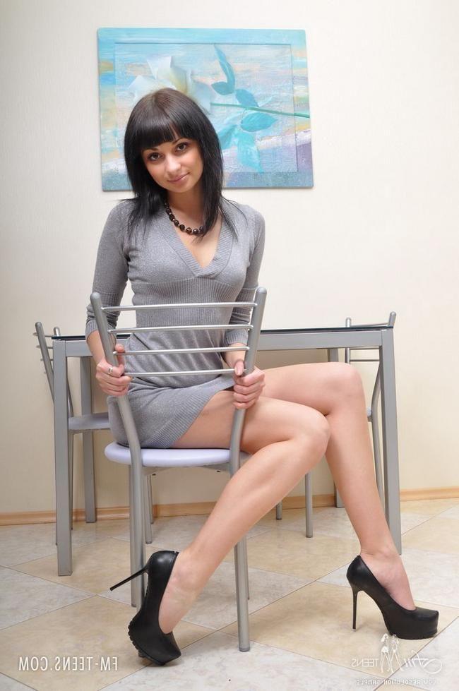 Хорошенькую,русскую домработницу в короткой юбке отжарил в задницу 20-летней хозяин. секс фото