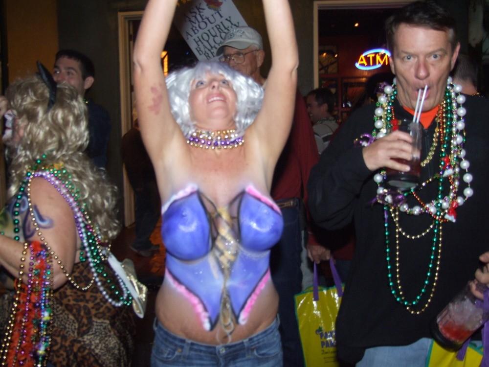 Пьяные испанские дамы показывают сисяндры на корпоративах