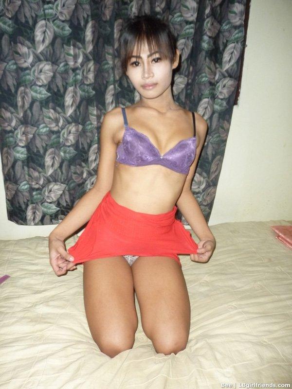 Трансвестит соблазнительно оголяется в туалете и обнажает на камеру свой маленькой фаллос