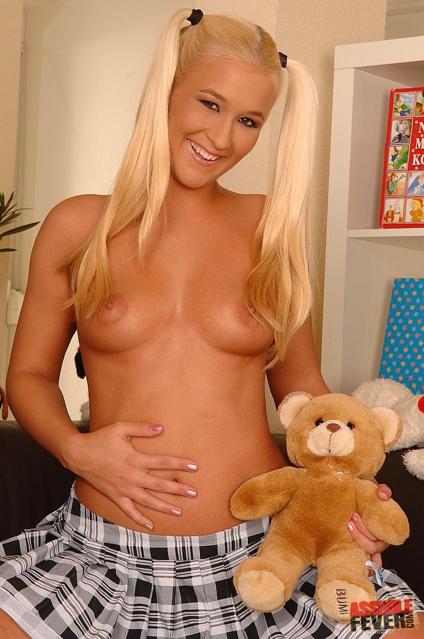 Блондиночку с хвостиками Misty Mild в короткой юбке и белоснежных бикини имеют в попу