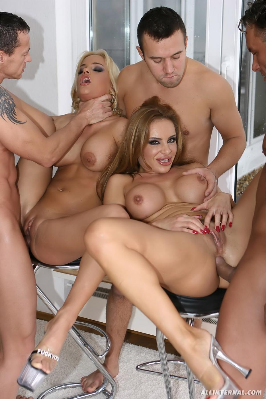 Бонни Бон и ее подружка Brittney  обнажают, как они желают групповухи