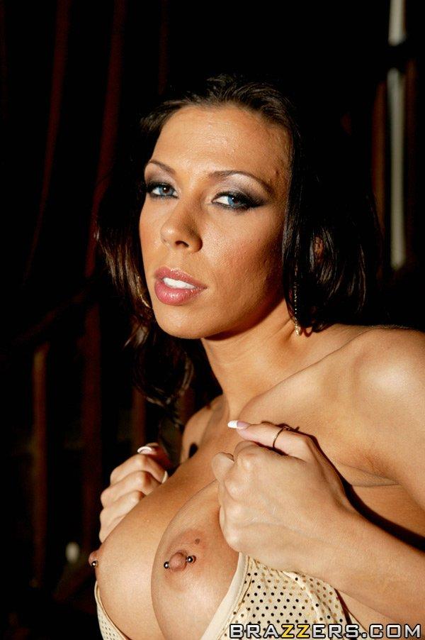 Темная милашка Рэйчел Старр с голыми дойками и похотливой пиздой снимает трусы и занимается сексом