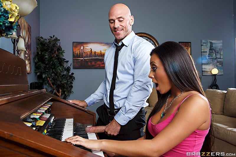 Джанна Николь отсосала учителю игры на пианино и он отжарил ее в бритую пилотку после короткого сонета