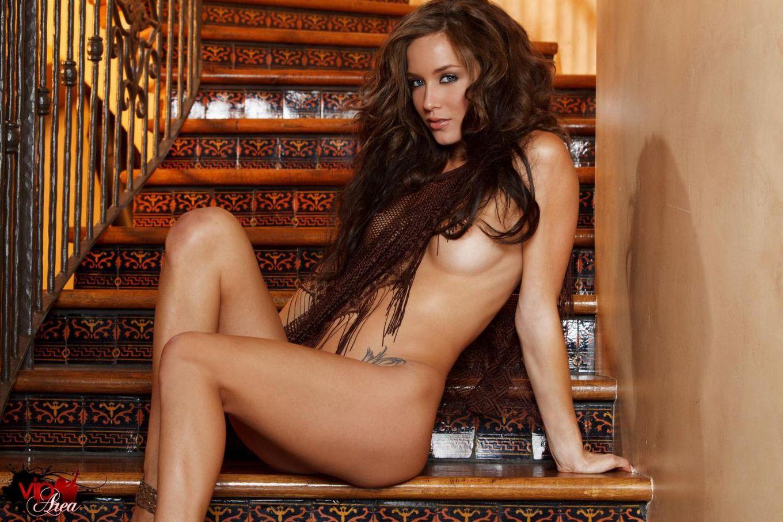 Ласковая Малена Морган онанирует и извивается на лестнице