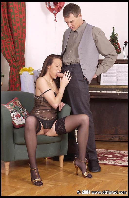 Развратная проститутка в кружевных черных носках Vanessa Virgin сношается с громадным жилистым хером