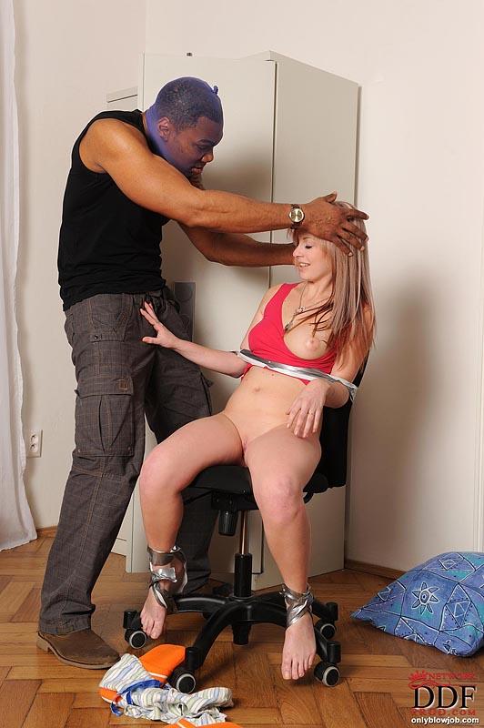 Стройняшку Sweet Jane привязывают к стулу и трахают