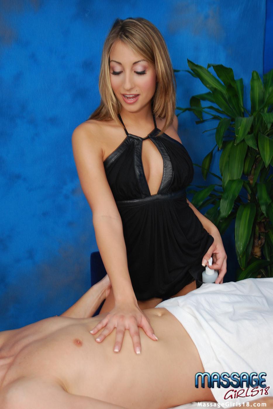 Маленькая массажистка Natalia Rossi снимает одежду и сношается