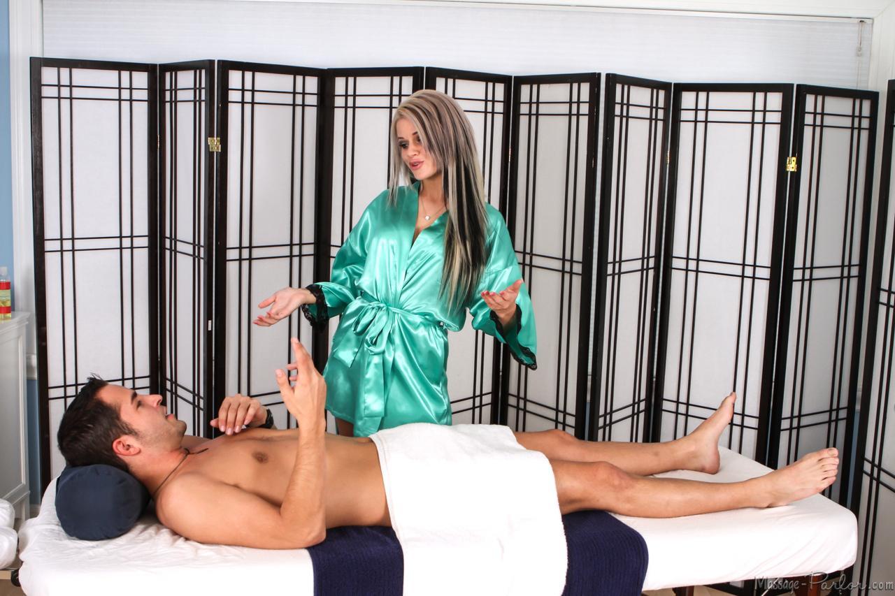 19-летняя массажистка Джесса Родс скачет на твердом пенисе своего клиента прямо на массажном столе, заставляя его кончить