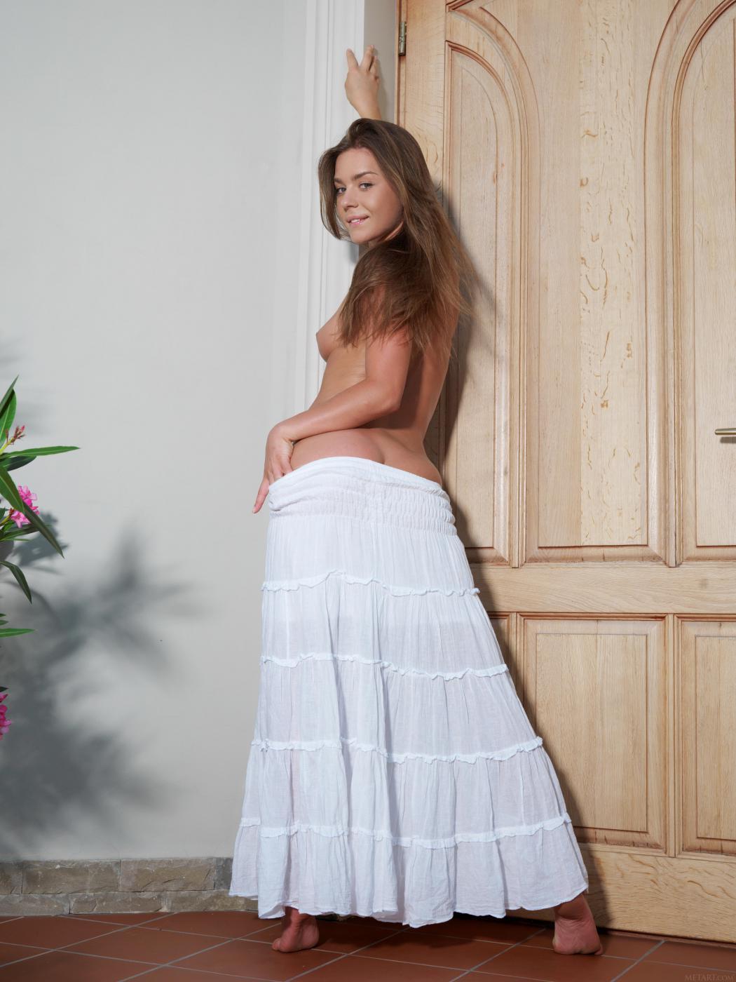 Невероятно симпатичная крошка Lily C спускает платье и показывает свою манду