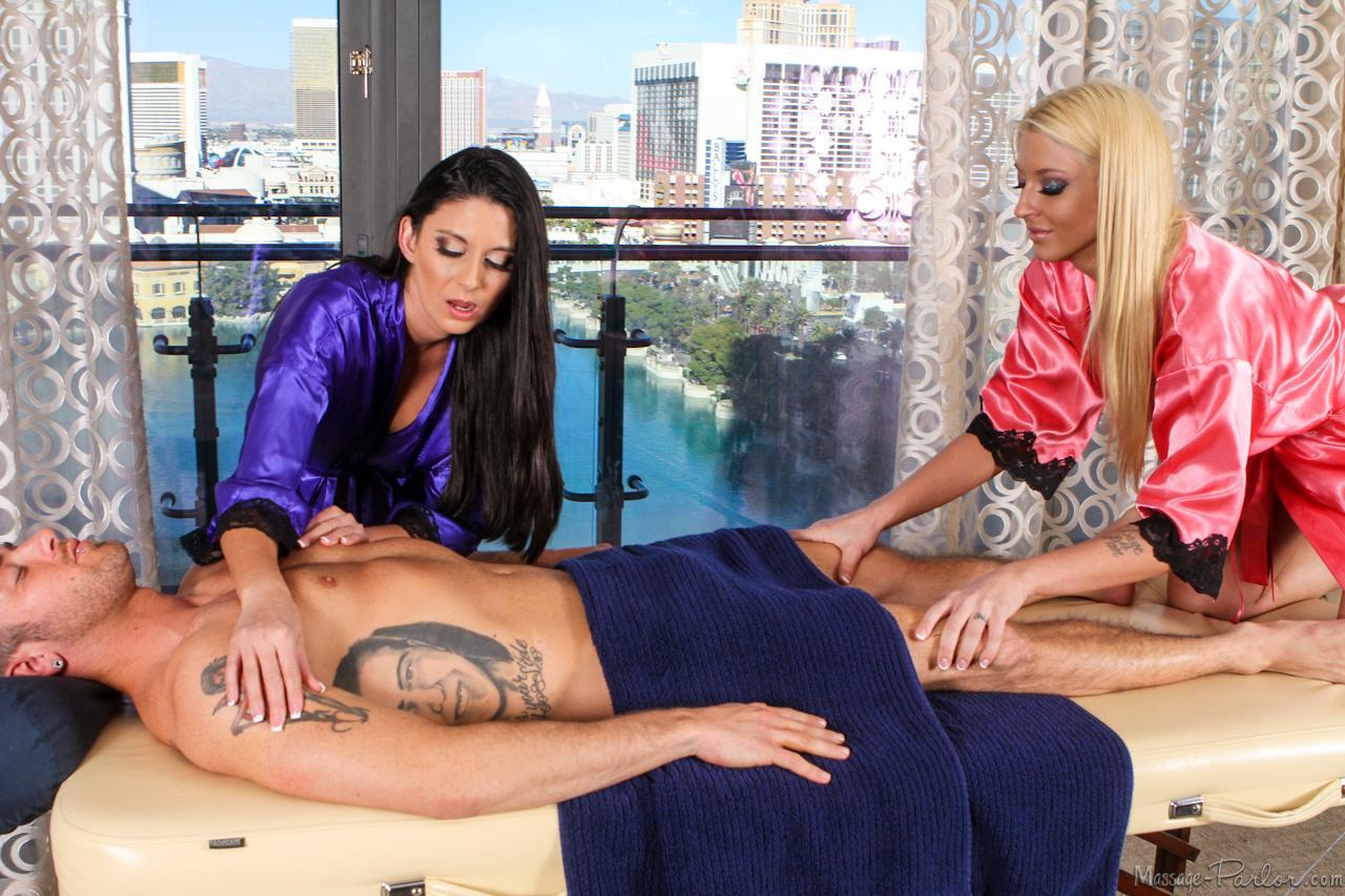 Nikki Daniels и Leya Falcon делят пацана и порют его вместе, чтобы получить семя