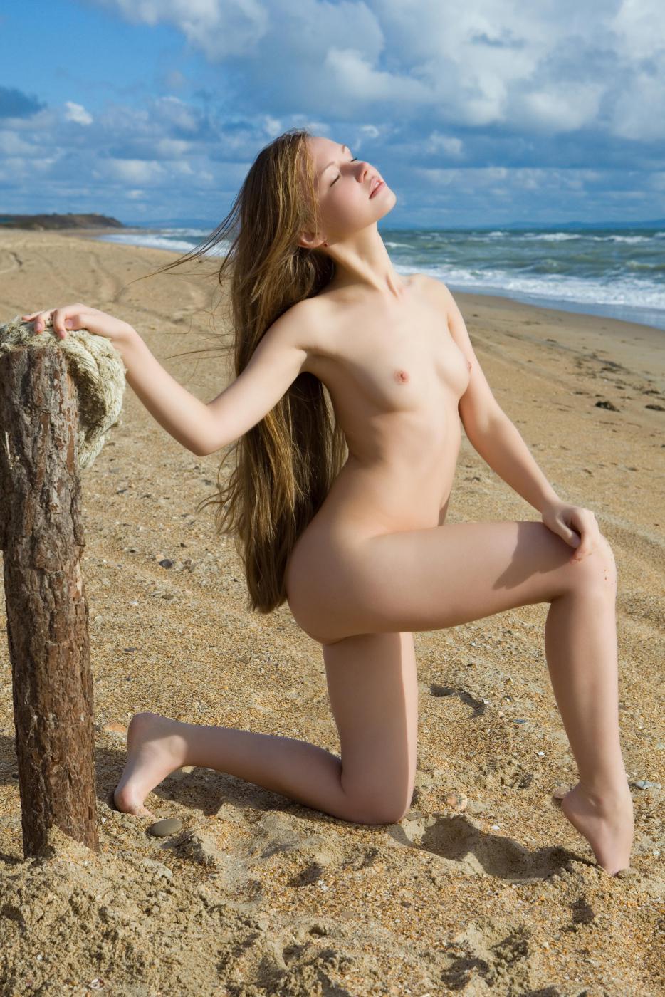 Нагое и подтянутое тело девочки-подростка Virginia Sun выглядит чудесно на золотом пляже