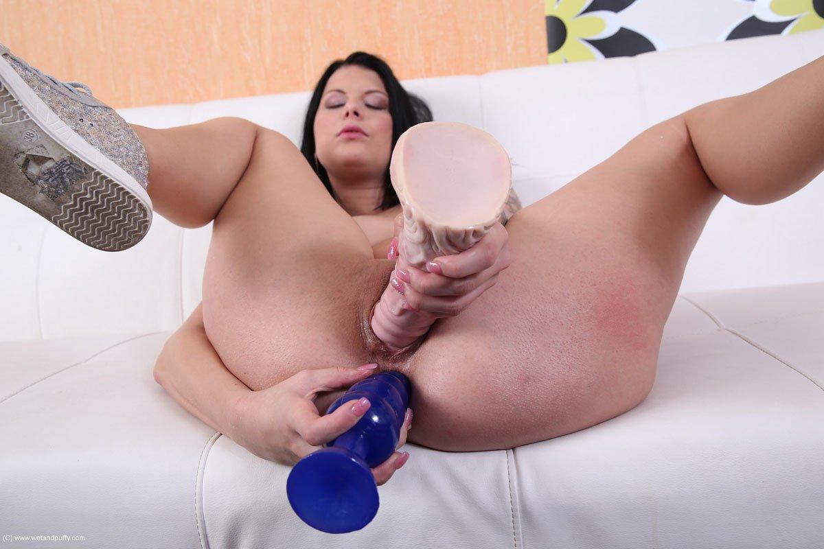 Яркая Rebecca Wetandpuffy втыкает игрушку в каждую дырку