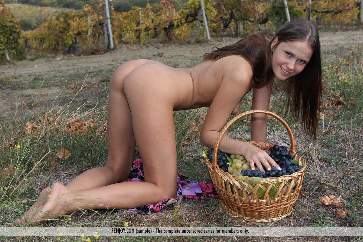 Ошеломительная девка Lena Femjoy снимается раздетой в винограднике и обнажает свое классное тело
