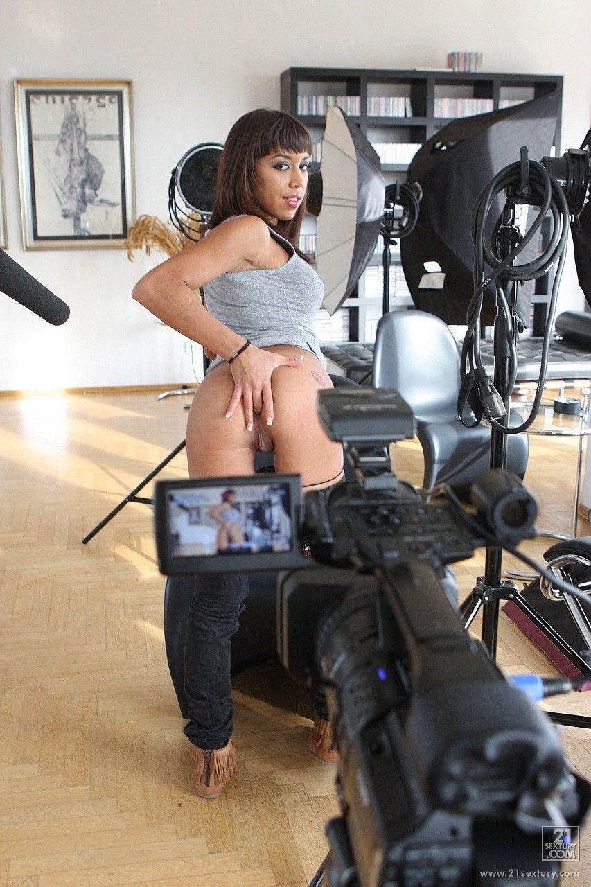 Пикантные подробности жизни за сценой с милой брюнеткой Shanis, позирующей на камеру