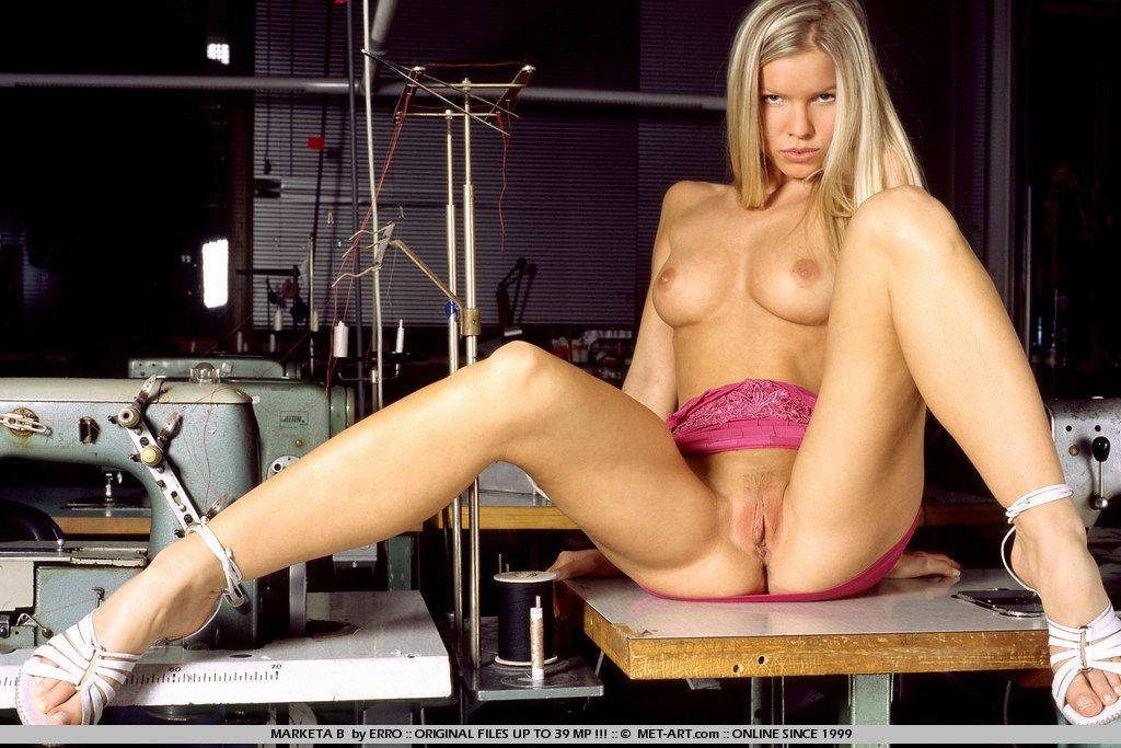 Идеальная и голая златовласка Marketa B демонстрирует свои нереально длинные ноги